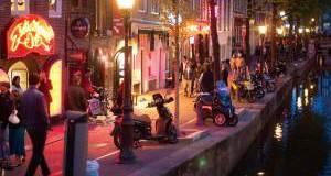 В Амстердаме пытаются отвадить туристов от «красных фонарей»